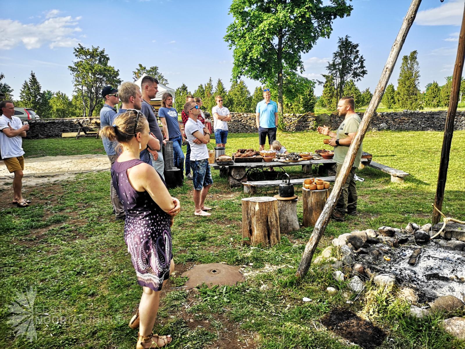 Noortalunikud õppimas lõkketoitude kohta
